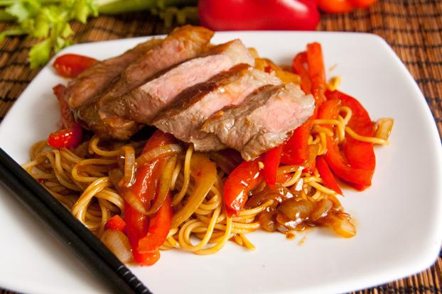 Asiatische Paprikanudeln mit Steak