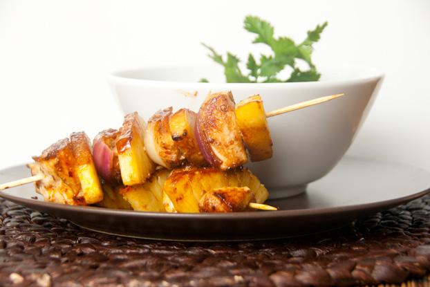 Fisolen-Curry mit Ananas-Fleisch-Spießen
