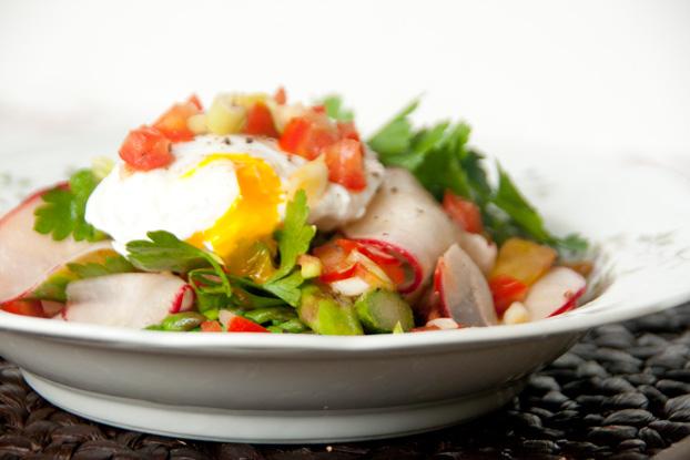 Lauwarmer Spargelsalat mit pochiertem Ei